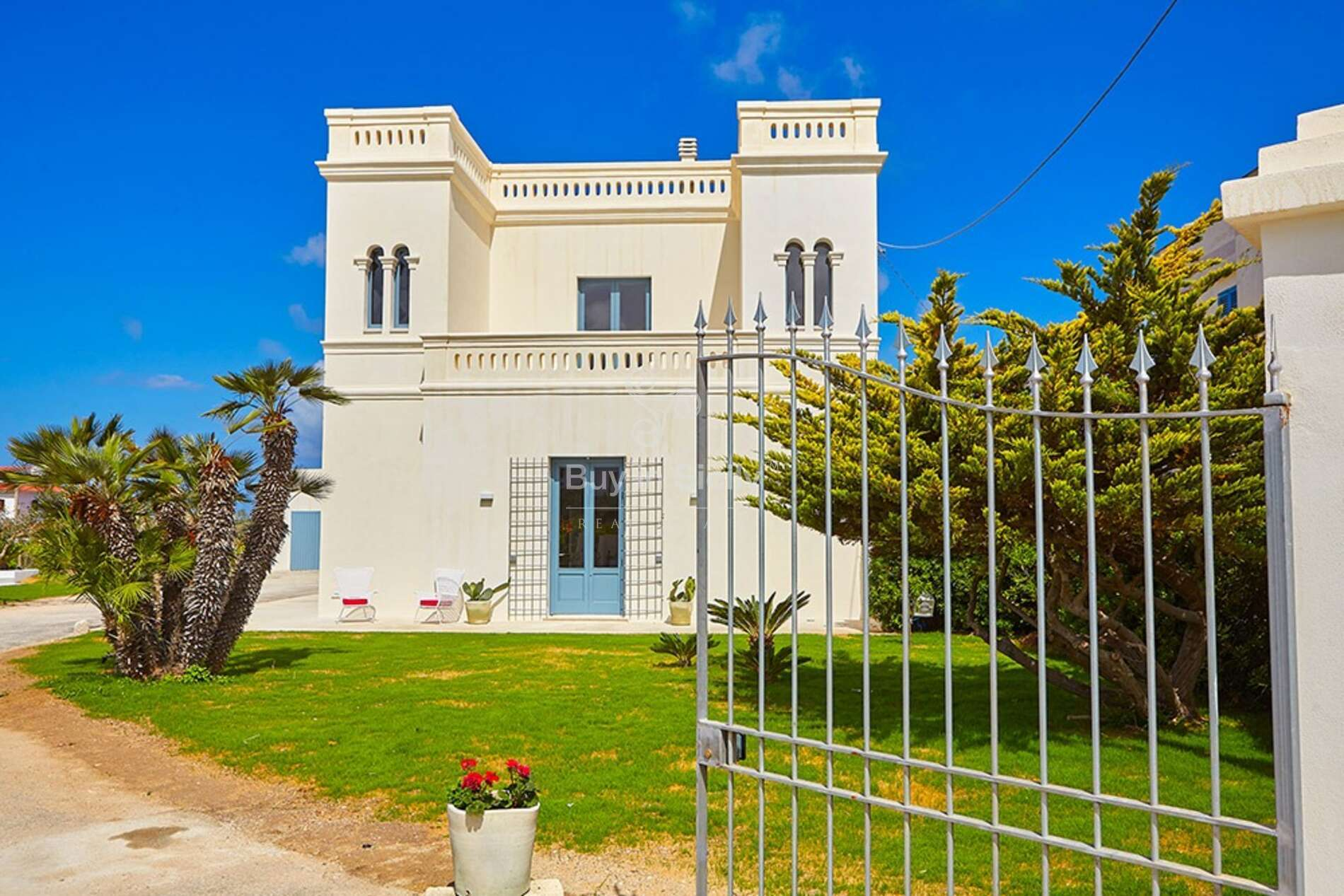 Elegant Sicilian villa located in the heart of Marsala, just 200 meters from the coast.